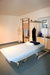 Großer Behandlungsraum mit Schlingentisch